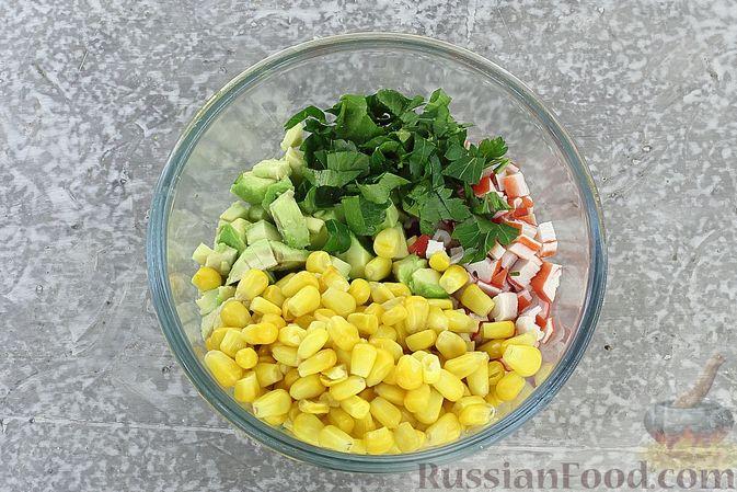 Фото приготовления рецепта: Тарталетки с крабовыми палочками, кукурузой и авокадо - шаг №6
