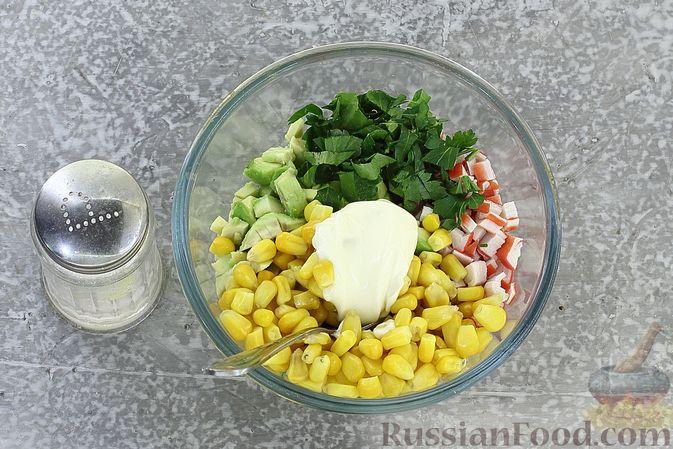 Фото приготовления рецепта: Тарталетки с крабовыми палочками, кукурузой и авокадо - шаг №7
