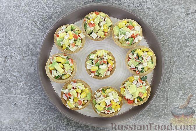 Фото приготовления рецепта: Тарталетки с крабовыми палочками, кукурузой и авокадо - шаг №8