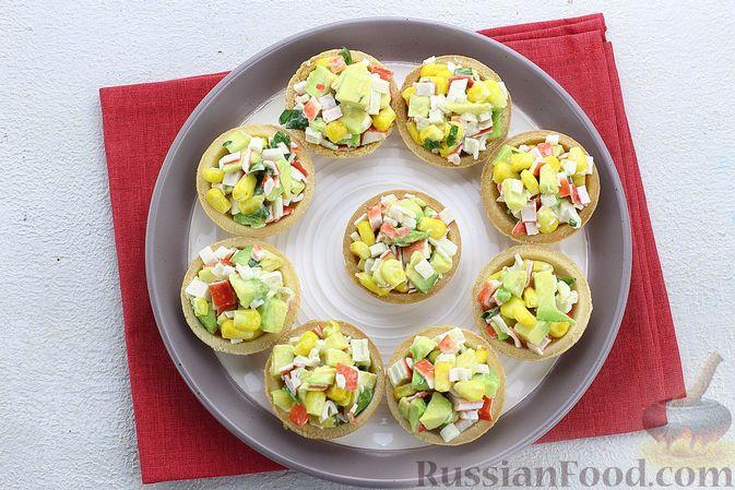 Фото приготовления рецепта: Тарталетки с крабовыми палочками, кукурузой и авокадо - шаг №9