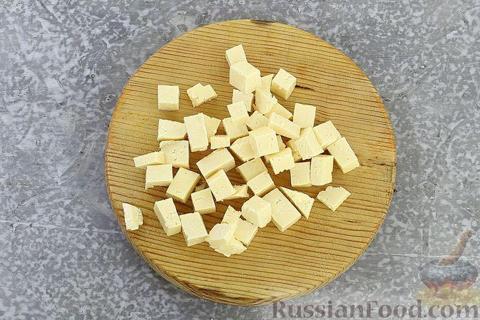 Фото приготовления рецепта: Салат с креветками, ананасами, сыром и горчично-йогуртовой заправкой - шаг №5
