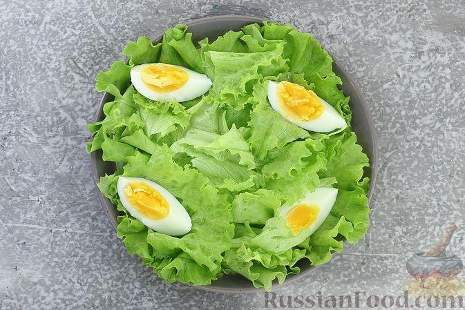 Фото приготовления рецепта: Салат с креветками, ананасами, сыром и горчично-йогуртовой заправкой - шаг №9