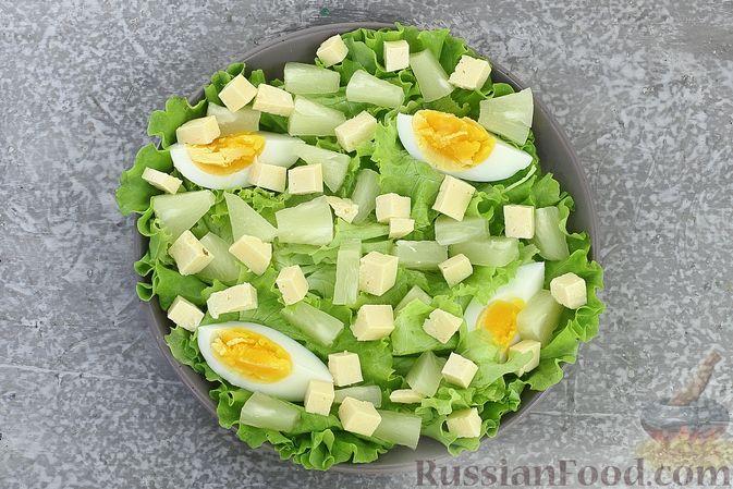 Фото приготовления рецепта: Салат с креветками, ананасами, сыром и горчично-йогуртовой заправкой - шаг №10