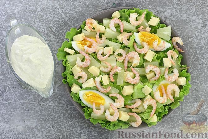 Фото приготовления рецепта: Салат с креветками, ананасами, сыром и горчично-йогуртовой заправкой - шаг №11