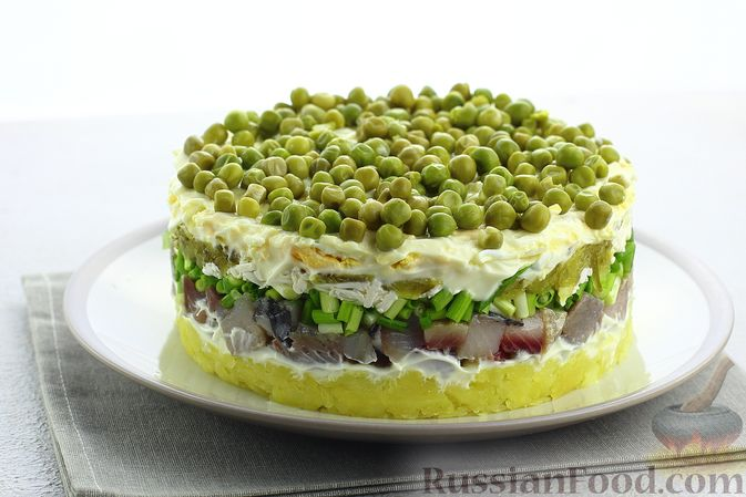 Фото к рецепту: Слоёный салат с селёдкой, картофелем, плавленым сыром и солёными огурцами