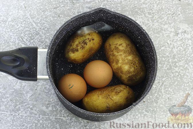 Фото приготовления рецепта: Слоёный салат с селёдкой, картофелем, плавленым сыром и солёными огурцами - шаг №2