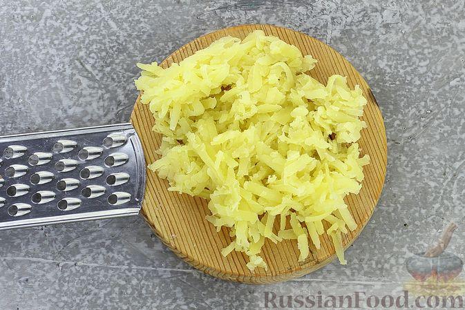 Фото приготовления рецепта: Слоёный салат с селёдкой, картофелем, плавленым сыром и солёными огурцами - шаг №3