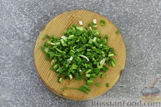 Фото приготовления рецепта: Слоёный салат с селёдкой, картофелем, плавленым сыром и солёными огурцами - шаг №7