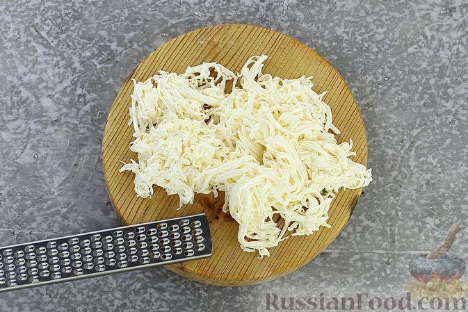 Фото приготовления рецепта: Слоёный салат с селёдкой, картофелем, плавленым сыром и солёными огурцами - шаг №9
