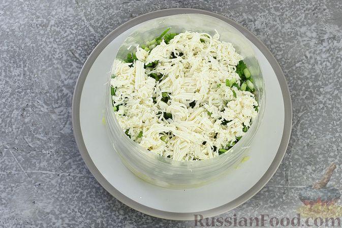 Фото приготовления рецепта: Слоёный салат с селёдкой, картофелем, плавленым сыром и солёными огурцами - шаг №10