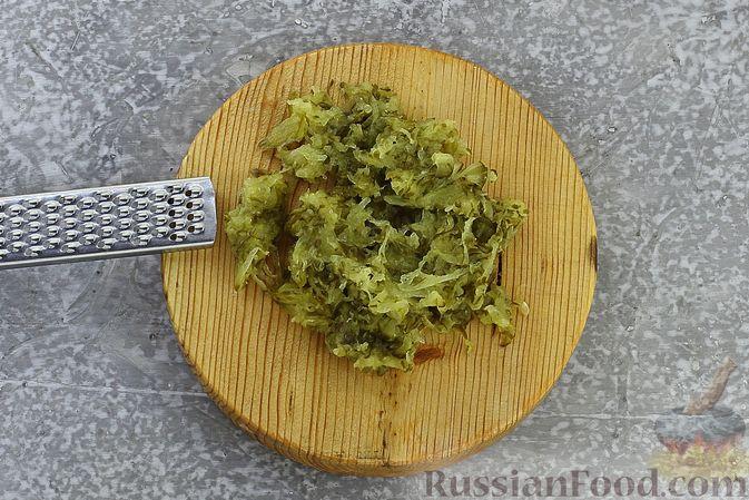 Фото приготовления рецепта: Слоёный салат с селёдкой, картофелем, плавленым сыром и солёными огурцами - шаг №11