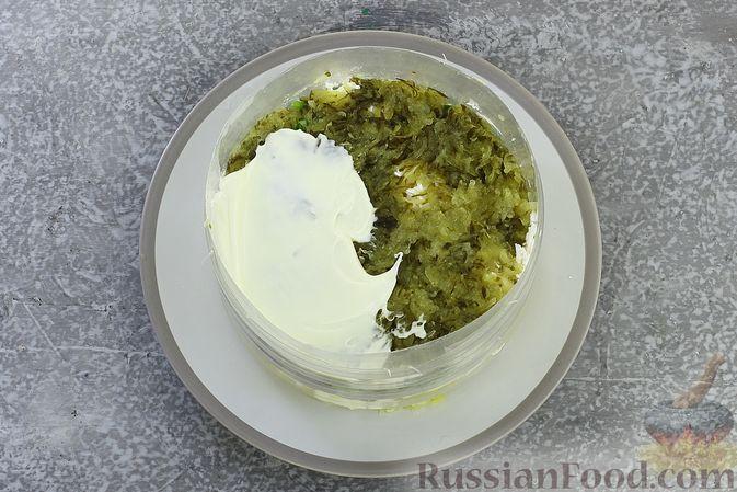 Фото приготовления рецепта: Слоёный салат с селёдкой, картофелем, плавленым сыром и солёными огурцами - шаг №12