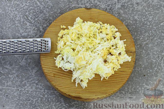 Фото приготовления рецепта: Слоёный салат с селёдкой, картофелем, плавленым сыром и солёными огурцами - шаг №13