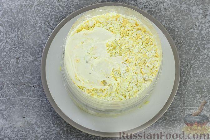 Фото приготовления рецепта: Слоёный салат с селёдкой, картофелем, плавленым сыром и солёными огурцами - шаг №14