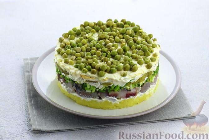 Фото приготовления рецепта: Слоёный салат с селёдкой, картофелем, плавленым сыром и солёными огурцами - шаг №16