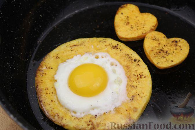 Фото приготовления рецепта: Яичница-глазунья в тыквенном кольце - шаг №5