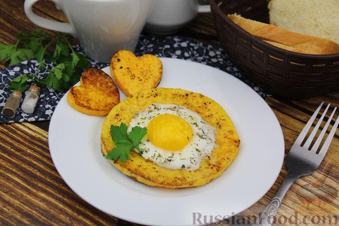 Фото приготовления рецепта: Яичница-глазунья в тыквенном кольце - шаг №9
