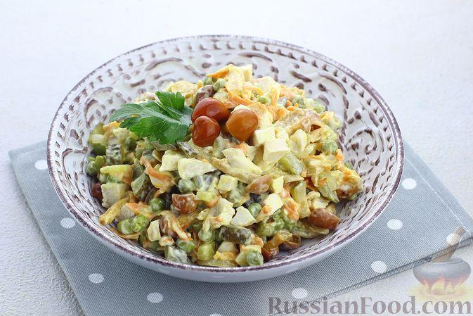 Фото к рецепту: Салат с курицей, маринованными опятами, солёными огурцами и морковью