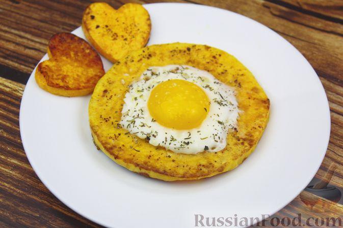 Фото приготовления рецепта: Яичница-глазунья в тыквенном кольце - шаг №6