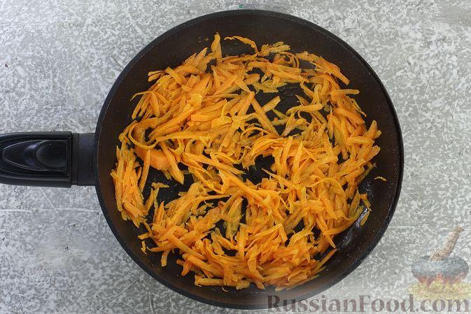 Фото приготовления рецепта: Салат с курицей, маринованными опятами, солёными огурцами и морковью - шаг №5