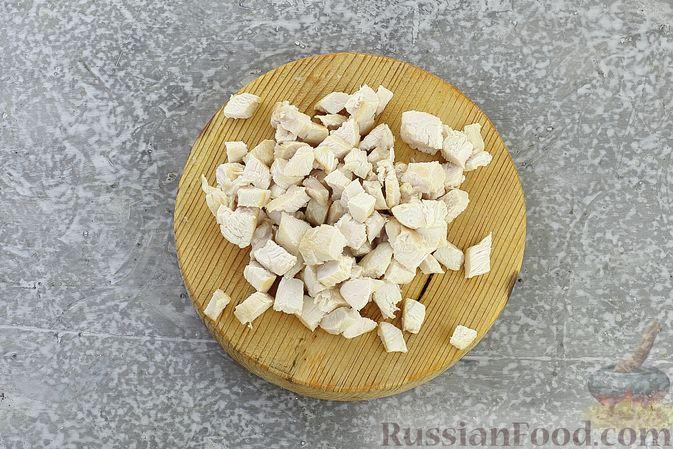 Фото приготовления рецепта: Салат с курицей, маринованными опятами, солёными огурцами и морковью - шаг №6