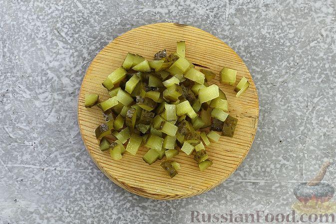 Фото приготовления рецепта: Салат с курицей, маринованными опятами, солёными огурцами и морковью - шаг №7