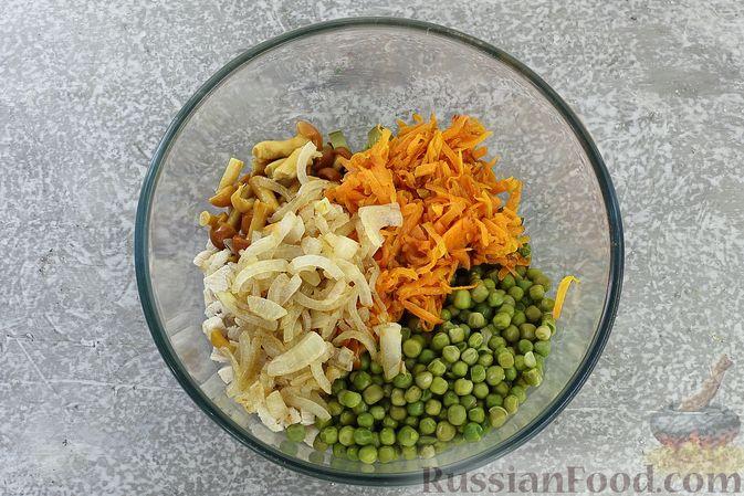Фото приготовления рецепта: Салат с курицей, маринованными опятами, солёными огурцами и морковью - шаг №9