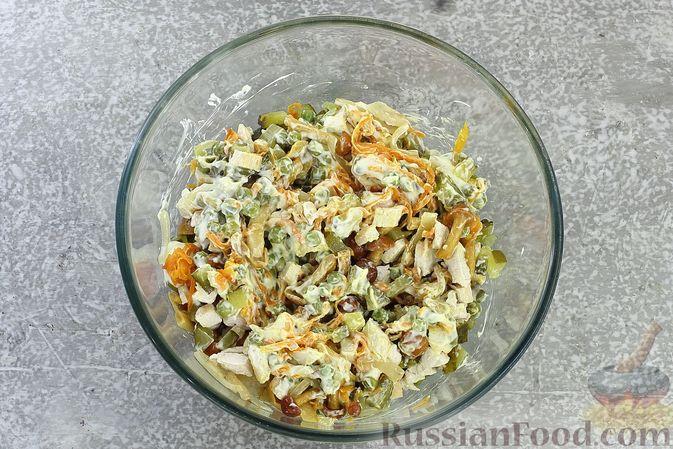 Фото приготовления рецепта: Салат с курицей, маринованными опятами, солёными огурцами и морковью - шаг №11