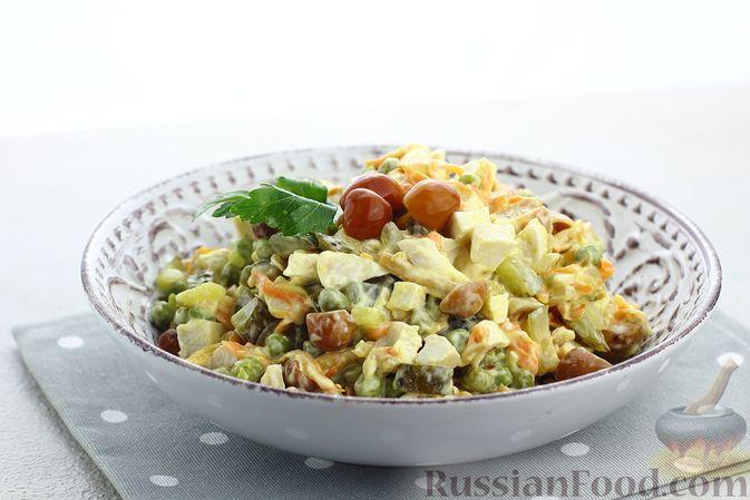 Фото приготовления рецепта: Салат с курицей, маринованными опятами, солёными огурцами и морковью - шаг №12