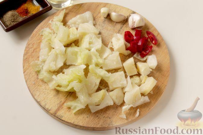 Фото приготовления рецепта: Картошка, запечённая с капустой - шаг №2