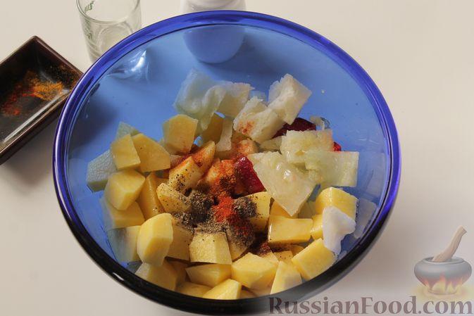 Фото приготовления рецепта: Картошка, запечённая с капустой - шаг №4