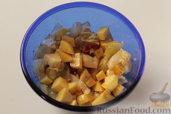 Фото приготовления рецепта: Картошка, запечённая с капустой - шаг №5