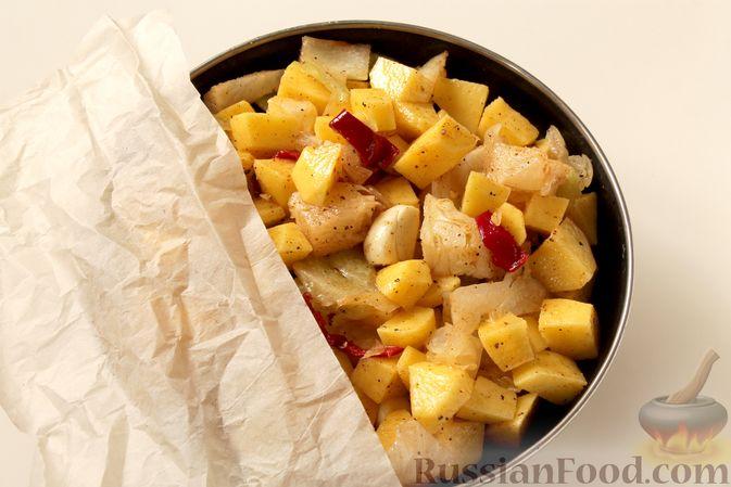 Фото приготовления рецепта: Картошка, запечённая с капустой - шаг №6