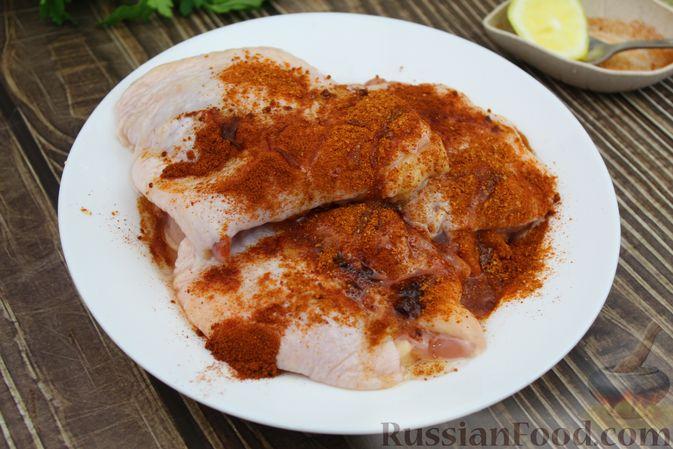 Фото приготовления рецепта: Куриные бёдра, запечённые с цветной капустой и сметанно-грибным соусом - шаг №3