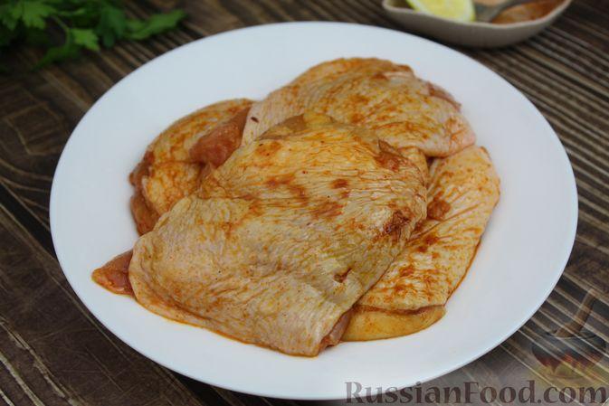 Фото приготовления рецепта: Куриные бёдра, запечённые с цветной капустой и сметанно-грибным соусом - шаг №4