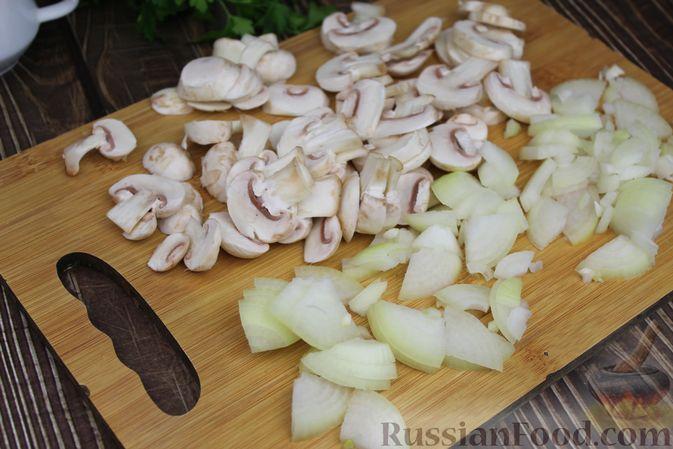 Фото приготовления рецепта: Куриные бёдра, запечённые с цветной капустой и сметанно-грибным соусом - шаг №5