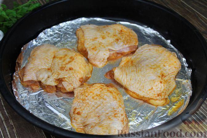 Фото приготовления рецепта: Куриные бёдра, запечённые с цветной капустой и сметанно-грибным соусом - шаг №7