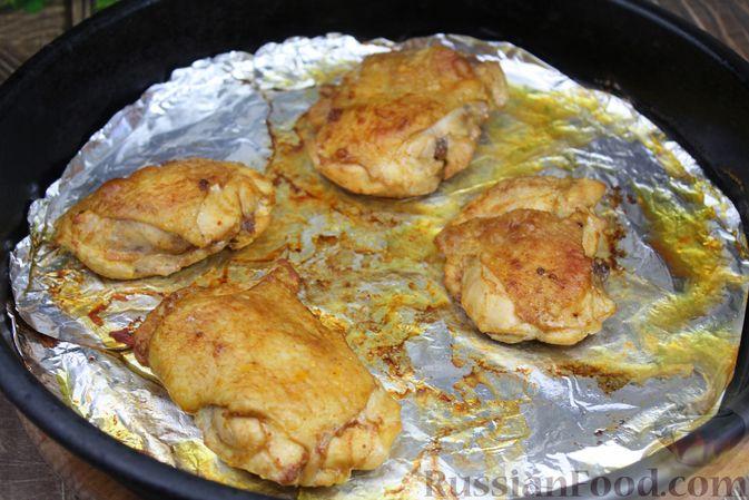 Фото приготовления рецепта: Куриные бёдра, запечённые с цветной капустой и сметанно-грибным соусом - шаг №12