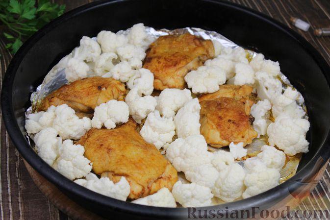 Фото приготовления рецепта: Куриные бёдра, запечённые с цветной капустой и сметанно-грибным соусом - шаг №13