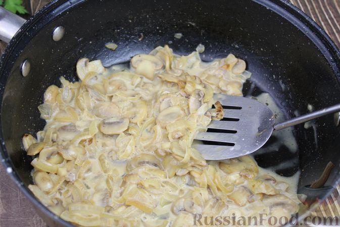 Фото приготовления рецепта: Куриные бёдра, запечённые с цветной капустой и сметанно-грибным соусом - шаг №11