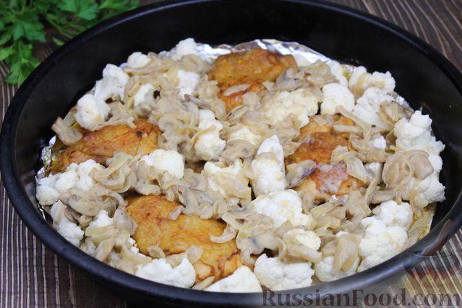 Фото приготовления рецепта: Куриные бёдра, запечённые с цветной капустой и сметанно-грибным соусом - шаг №14