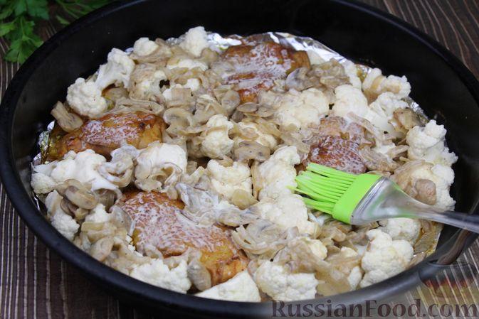 Фото приготовления рецепта: Куриные бёдра, запечённые с цветной капустой и сметанно-грибным соусом - шаг №15