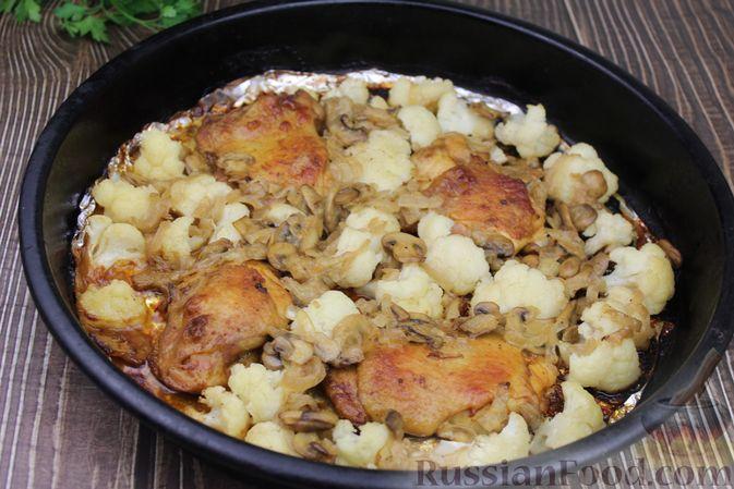 Фото приготовления рецепта: Куриные бёдра, запечённые с цветной капустой и сметанно-грибным соусом - шаг №16