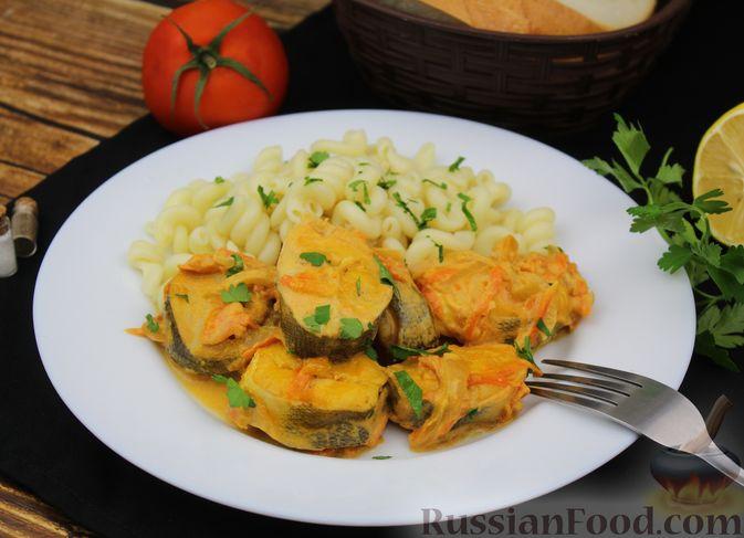 Фото приготовления рецепта: Рыба, тушенная в сливочно-томатном соусе - шаг №10