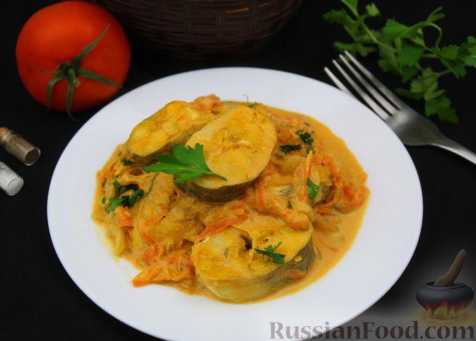 Фото приготовления рецепта: Рыба, тушенная в сливочно-томатном соусе - шаг №9