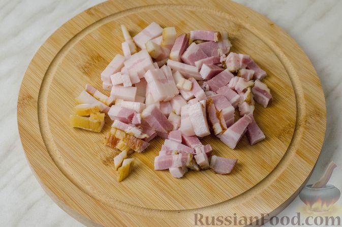 Фото приготовления рецепта: Гусь, запечённый с капустой, куриным филе, печенью и черносливом (в фольге) - шаг №8