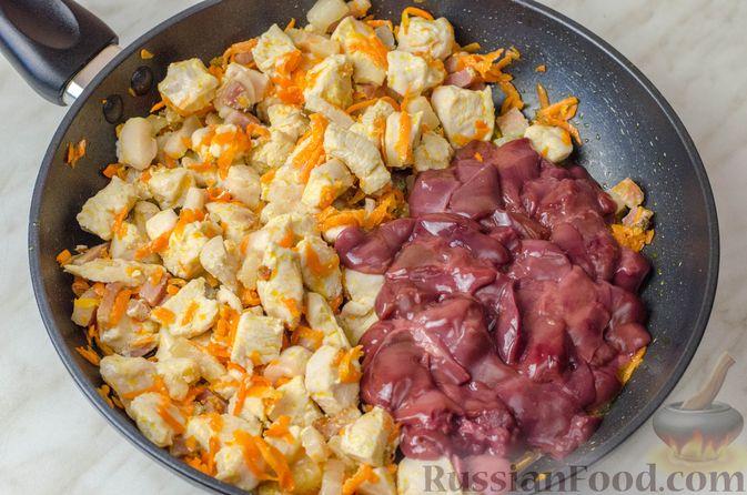 Фото приготовления рецепта: Гусь, запечённый с капустой, куриным филе, печенью и черносливом (в фольге) - шаг №15