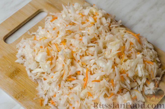Фото приготовления рецепта: Гусь, запечённый с капустой, куриным филе, печенью и черносливом (в фольге) - шаг №17