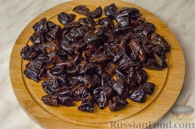 Фото приготовления рецепта: Гусь, запечённый с капустой, куриным филе, печенью и черносливом (в фольге) - шаг №18