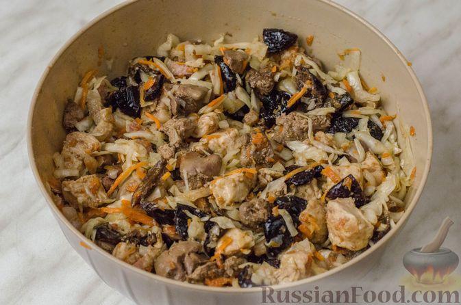 Фото приготовления рецепта: Гусь, запечённый с капустой, куриным филе, печенью и черносливом (в фольге) - шаг №19